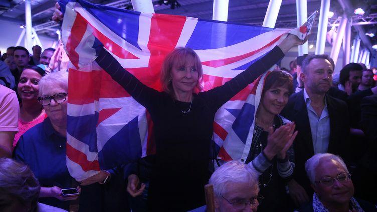 Une femme brandit un drapeau britannique lors d'un meeting en faveur du Brexit, le 4 juin 2016, à Londres (Royaume-Uni). (NEIL HALL / REUTERS)