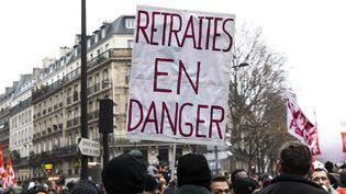 """Une pancarte """"Retraites en danger"""" lors de la manifestation contre la réforme des retraites à Paris le 5 décembre 2019. (MAXPPP)"""