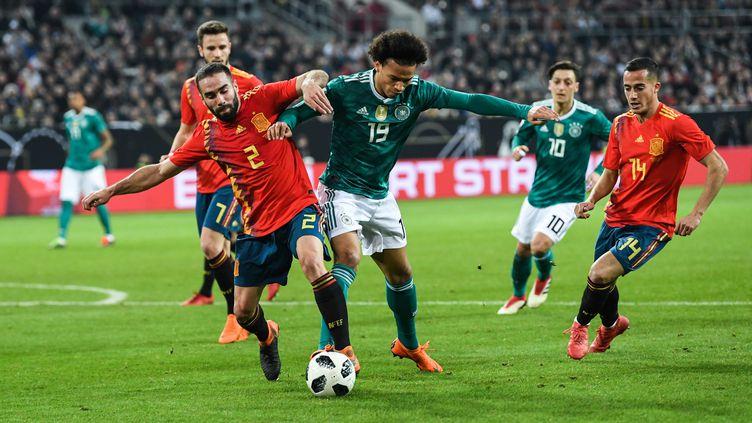 Dani Carvajal (Espagne, en rouge) résiste à Leroy Sané (Allemagne) (MARKUS GILLIAR / GES-SPORTFOTO)