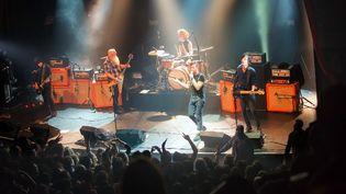 Eagles of Death Metal sur la scène du Bataclan le 13 novembre 2015  (Marion Ruszniewski / Rock&Folk / AFP)