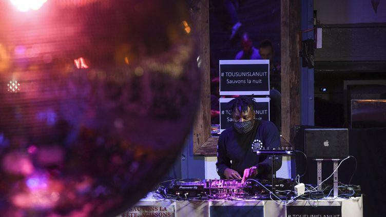 Un Dj portant un masque au bar Balrock, le 1er juillet 2020 à Paris (ALAIN JOCARD / AFP)