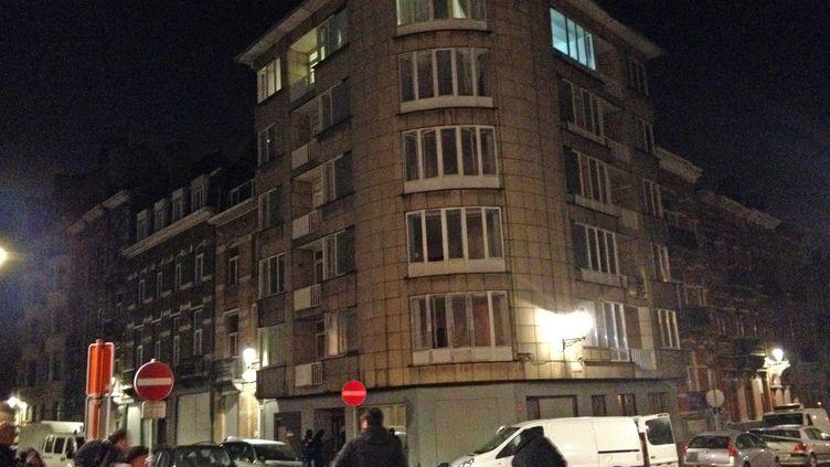 Devant l'appartement dans lequel a été retrouvé des explosifs et un drapeau de l'Etat islamique, à Schaerbeek, une commune de l'agglomération bruxelloise, le 23 mars 2016. (BART VANDERKELEN / BELGA MAG)