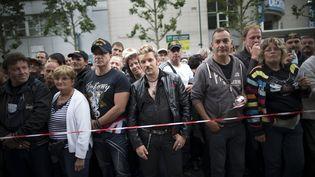 Des fans de Johnny Hallyday attendent l'ouverture des portes du Stade de France avant un concert, le 15 juin 2012. (MAXPPP)