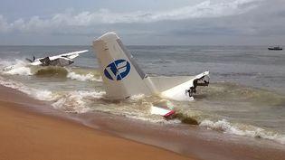 Un avion s'est écrasé à Abidjan (Côte d'Ivoire), le 14 octobre 2017. (SIA KAMBOU / AFP)