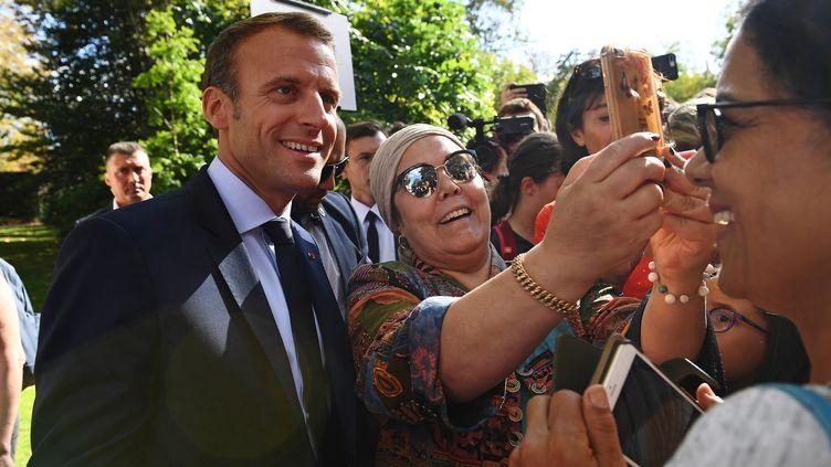 Emmanuel Macron pose pour un selfie avec des visiteurs venus à l'Elysée à l'occasion des Journées du patrimoine, le 15 septembre 2018, à Paris. (ANNE-CHRISTINE POUJOULAT / AFP)