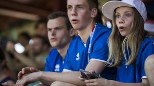 Des supporters islandais assistent à l'entraînement de leur équipe nationale à Annecy (Haute-Savoie), le 10 juin 2016, avant le début del'Euro de foot. (ODD ANDERSEN / AFP)