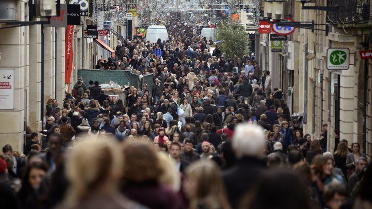 La France comptait 66190280 habitants au 1er janvier 2015.Ci-contre la rue Saint Catherine, à Bordeaux, le 8 janvier 2014 (Illustration). (JEAN PIERRE MULLER / AFP)