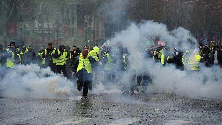 """Des gazs lacrymogènes sont lancés sur les""""gilets jaunes"""", à Paris, le 24 novembre 2018. (LUCAS BARIOULET / AFP)"""
