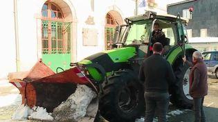 La ville d'Anglès, dans le Tar, a opté pour des tracteurs avec des pelles afin d'enlever la neige (CAPTURE ECRAN FRANCE 2)