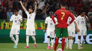 La joie de Karim Benzema, double buteur contre le Portugal de Cristiano Ronaldo, lui aussi auteur d'un doublé lors de ce France-Portugal, le 23 juin 2021 à l'Euro. (FRANCK FIFE / POOL / AFP)