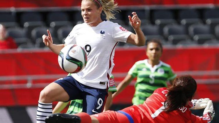 (La Française Eugénie Le Sommer, ici face à la gardienne mexicaine Santiago, a marqué deux des cinq buts des Bleues © MaxPPP)