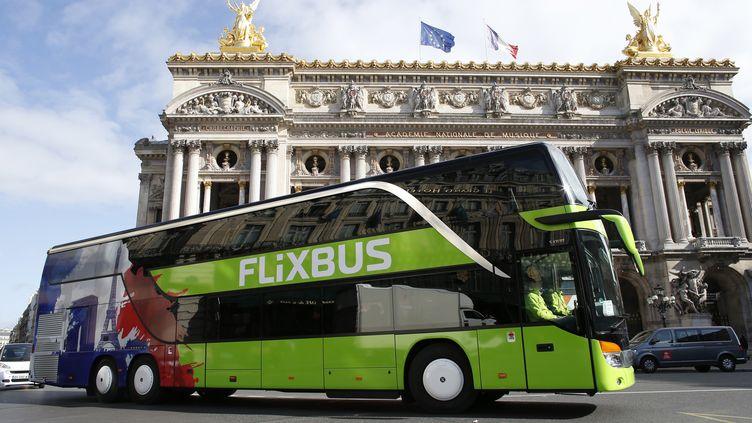 Un car de la compagnie Flixbus devant l'Opéra Garnier, le 19 mai 2015, à Paris. (THOMAS SAMSON / AFP)