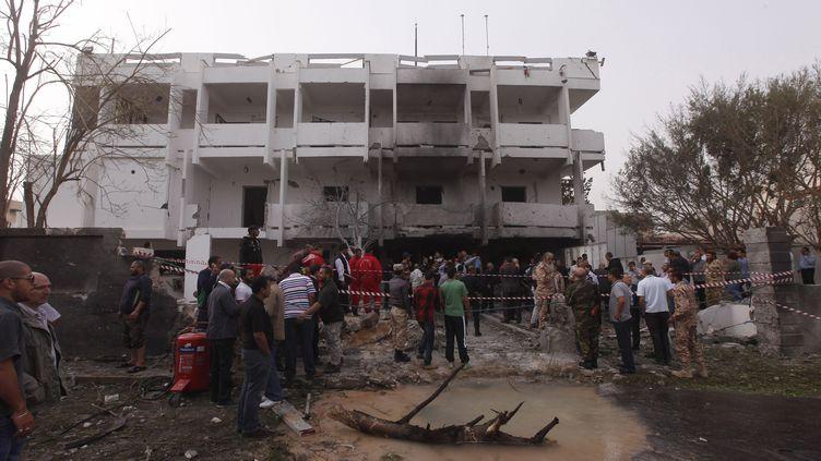 L'ambassade de France à Tripoli (Libye), après un attentat à la voiture piégée, le 23 avril 2013. (ISMAIL ZETOUNI / REUTERS)