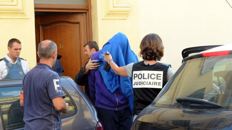 La police arrête un membre présumé d'une cellule islamiste, le 6 octobre 2012, à Cannes (Alpes-Maritimes). (GILLES TRAVERSO / MAXPPP)