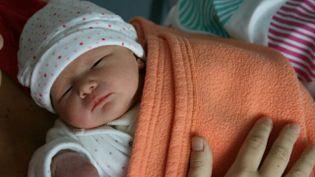 Elise, née en décembre 2015, est le premier bébé issu d'une vitrification ovocytaire en France. (FRANCE 3)
