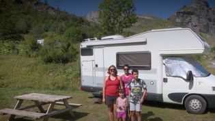 En raison de l'épidémie de Covid-19, beaucoup de Français ont revu leurs plans pour l'été. Certains ont choisi le camping-car pour voyager à travers les régions de France. (France 3)