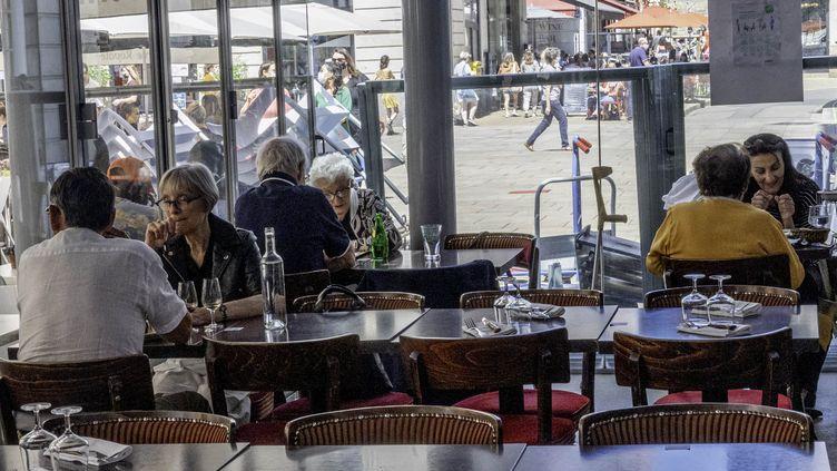Des clients déjeunent dans un restaurant à Nantes, le 9 juin 2021. (ESTELLE RUIZ / HANS LUCAS / AFP)