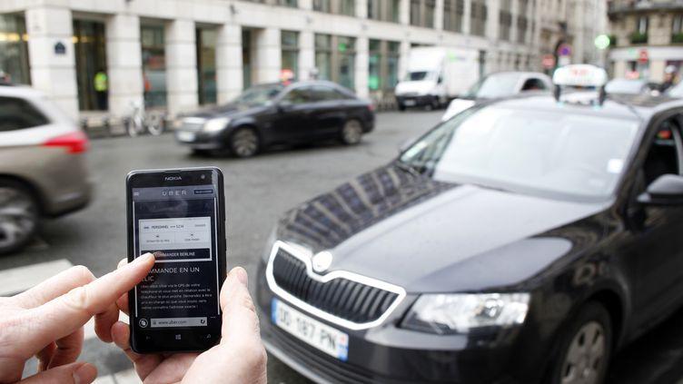 L'application Uber sur un smartphone, à Paris, le 10 décembre 2014. (ELIOT BLONDET / AFP)