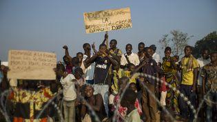 A Bangui (Centrafrique), le 10 décembre 2013,une foule manifeste pour la démission du président par intérimMichel Djotodia, comparé à un jihadiste. (FRED DUFOUR / AFP)