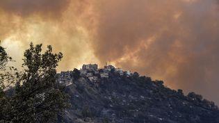 Un incendie dans la région de la Kabylie, en Algérie, le 10 août 2021. (RYAD KRAMDI / AFP)