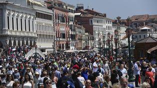 Des touristes se promènent dans Venise, en Italie, le 8 juin 2019. (MIGUEL MEDINA / AFP)
