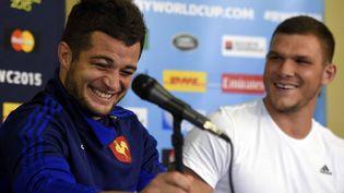 Les rugbymen Brice Dulin et Rémy Grosso plaisantent lors d'une conférence de presse, à Croydon, au sud de Londres (Angleterre), le 21 septembre 2015. (FRANCK FIFE / AFP)