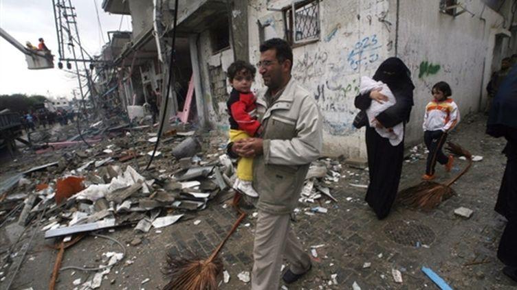 Une famille de gazaouis déambule dans les restes de Rafah le 1er janvier 2009 (© AFP)