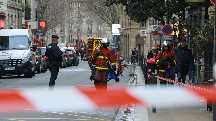 Des pompiers arriventsur les lieux de l'incendie rue d'Erlanger, à Paris, le 5 février 2019. (MAXPPP)