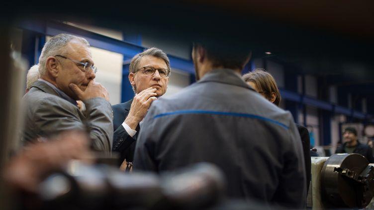Vincent Peillon, candidat à la primaire de la gauche, visite l'entreprise Delta Meca, à Couëron (Loire-Atlantique), le 16 janvier 2017. (JEAN-SEBASTIEN EVRARD / AFP)