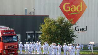 Des employés quittant l'abattoir de Gad, dans le Morbihan, le 22 octobre 2013. (FRED TANNEAU / AFP)