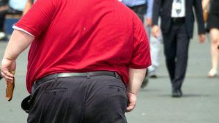 Un homme obèse se promène. Photo d'illustration. (BRUNO LEVESQUE / MAXPPP)