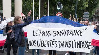 Un rassemblement contre le pass sanitaire à Toulouse (Haute-Garonne), le 14 juillet 2021. (THOMAS BARON / HANS LUCAS / AFP)