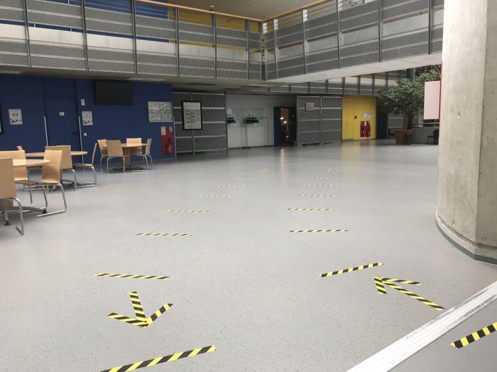 Des marquages au sol pour permettre aux étudiants de l'université Reims de respecter la distanciation physique. (MARIE MAHEUX / FRANCEINFO)