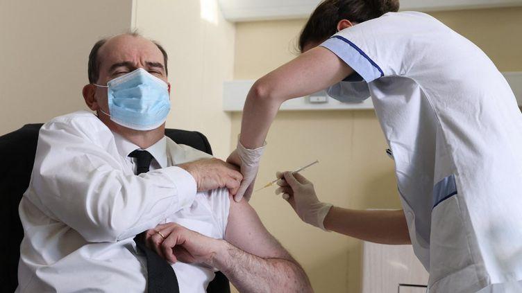 Le Premier ministre, Jean Castex, reçoit sa première injection du vaccin AstraZeneca, à l'hôpital militaire de Bégin de Saint-Mandé (Val-de-Marne), le 19 mars 2021. (THOMAS COEX / POOL / AFP)