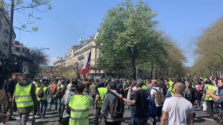 """Manifestation des """"gilets jaunes"""" près de la place de la République à Paris le 20 avril 2019. (JULIEN PASQUALINI / FRANCE-INFO)"""