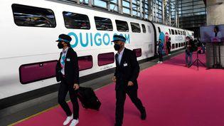 Des agentss'apprêtent à monter à bord d'un TGV Ouigo de la SNCF à Madrid, le 7 mai 2021. (PIERRE-PHILIPPE MARCOU / AFP)