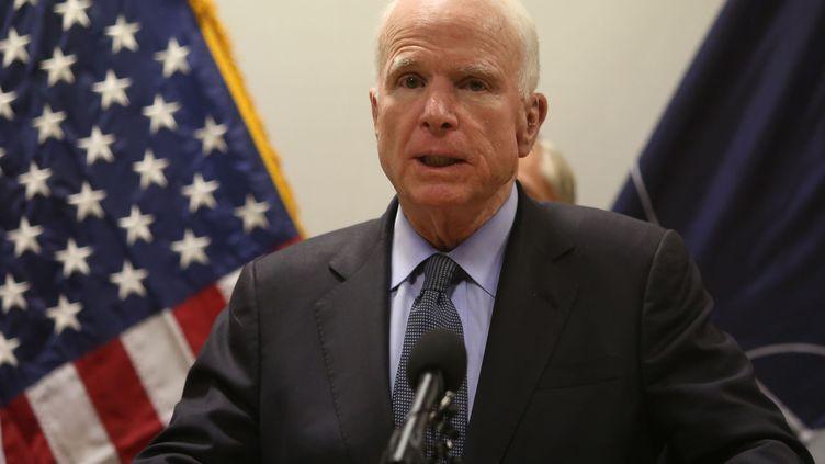Le sénateur de l'Arizona John McCain, lors d'une conférence de presse à Kaboul (Afghanistan), le 4 juillet 2017. (HAROON SABAWOON / ANADOLU AGENCY)