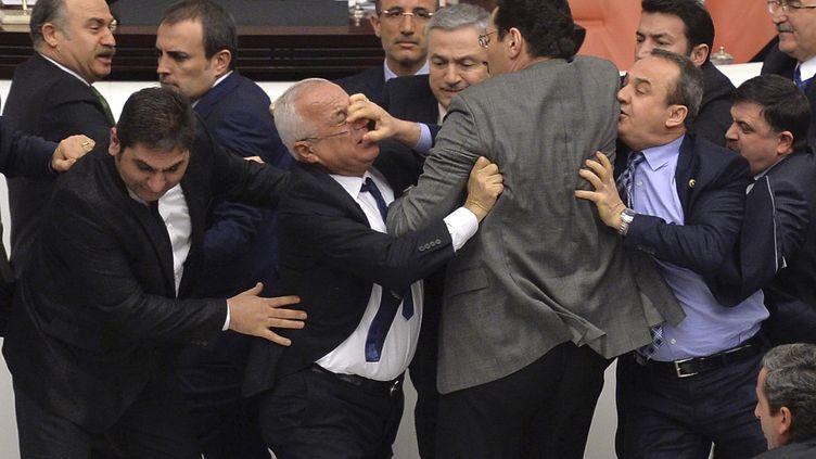 Une nouvelle bagarre a éclaté entre des députés, le 19 février 2015 au Parlement turc, à Ankara (Turquie). (  REUTERS)