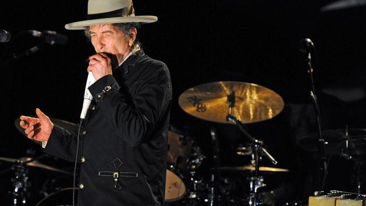 Bob Dylan, sur scène au festival Bluesfest, aux Etats-Unis, le 25 avril 2011. (TORSTEN BLACKWOOD / AFP)