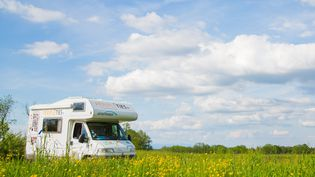 Un camping-car en pleine campagne. Photo d'illustration. (SIMON DAVAL / MAXPPP)