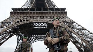 Des militaires français patrouillant devant la tour Eiffel, à Paris, le 8 janvier 2015. (JOEL SAGET / AFP)