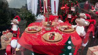 Des jouets décorent une table de Noël dans un marché à Amiens (Somme), le 1er décembre 2019. (AMAURY CORNU / HANS LUCAS / AFP)