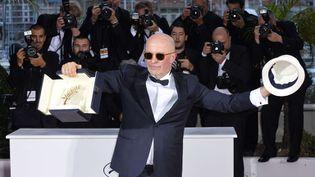 """Jacques Audiard avec sa Palme d'or au 68e Festival de Cannes pour """"Dheepan"""" (2015)  (AP/SIPA)"""