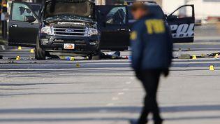 Le FBIenquêteà San Bernardino (Californie), après la tuerie qui a fait 14 morts, le 3 décembre 2015. (MIKE BLAKE / REUTERS)