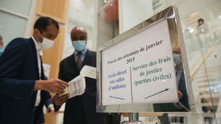 Contrôle d'acces à l'une des salles d'audience, au procès des attentatsde janvier 2015. (MARIE MAGNIN / HANS LUCAS / AFP)