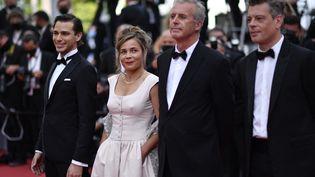 """L'équipe du film """"France"""" du français Bruno Dumont. De gauche à droite : Emanuele Arioli, Blanche Gardin, Bruno Dumon et Benjamin Biolay. (JOHN MACDOUGALL / AFP)"""