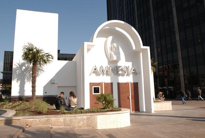 L'entrée de la discothèque l'Amnesia, au pied de la tour Montparnasse à Paris, le 14 octobre 2003. (JEAN AYISSI / AFP)