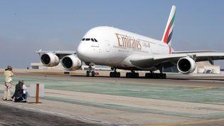 Un A380 de la compagnie aérienne Emirates sur l'aéroport de Los Angeles (Californie), le 10 décembre 2009. (ROBYN BECK / AFP FILES)