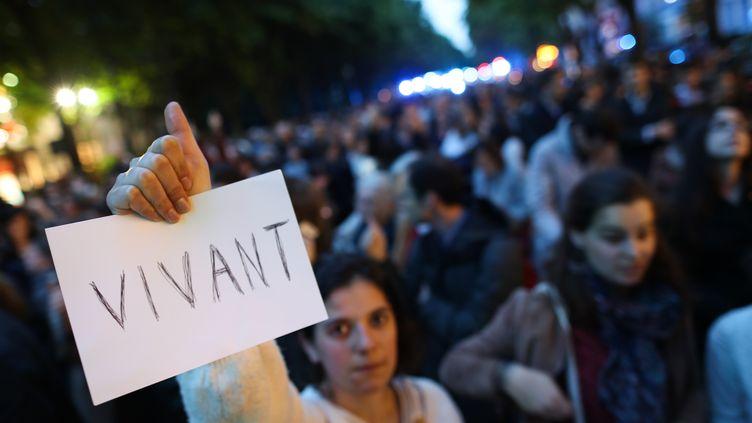 """Des manifestants participent à un rassemblement pour demander une """"grâce présidentielle"""" à Emmanuel Macron dans l'affaire Vincent Lambert,lundi 20 mai 2019, après la décision médicale d'arrêter les traitements. (KENZO TRIBOUILLARD / AFP)"""
