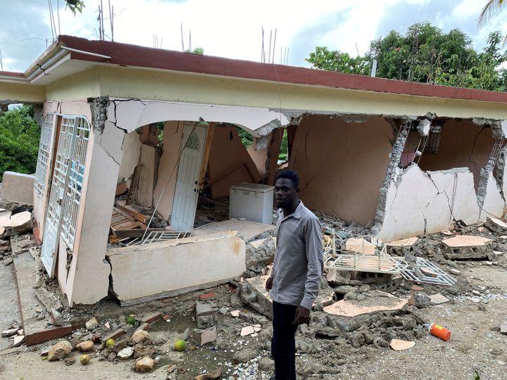 Haïti. Un homme devant sa maison détruite après le séisme du 14 août dernier. (BORIS LOUMAGNE / RADIO FRANCE)